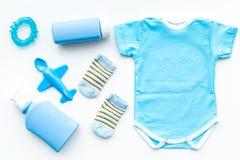 Azul fijado para el muchacho recién nacido Mono del bebé, calcetines, juguete airplan, jabón y polvo en la opinión superior del f Imagen de archivo libre de regalías