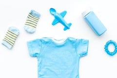 Azul fijado para el muchacho recién nacido Mono del bebé, calcetines, juguete airplan y polvo en la opinión superior del fondo bl Foto de archivo libre de regalías
