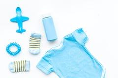 Azul fijado para el muchacho recién nacido El mono del bebé, los calcetines, el juguete airplan y el polvo en la opinión superior Fotografía de archivo libre de regalías