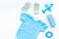 Azul fijado para el muchacho recién nacido El mono del bebé, los calcetines, el juguete airplan y el polvo en la opinión superior Imagen de archivo libre de regalías