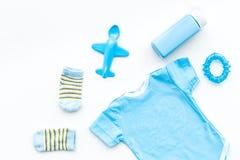 Azul fijado para el muchacho recién nacido El mono del bebé, los calcetines, el juguete airplan y el polvo en la opinión superior Fotos de archivo