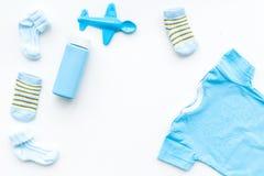 Azul fijado para el muchacho recién nacido El mono del bebé, los calcetines, el juguete airplan y el polvo en la opinión superior Imagen de archivo