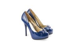 Azul fêmea sapatas envernizadas com saltos altos Imagens de Stock