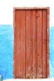 azul histórico en el metal antiguo ru de Marruecos de la puerta del edificio libre illustration