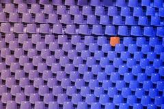 Azul a la pendiente púrpura del color de las sillas vacías y una del estadio re Imágenes de archivo libres de regalías
