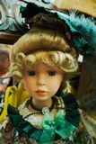 Azul louro boneca eyed com vestido verde fotografia de stock royalty free
