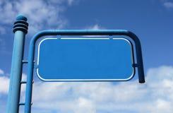 Azul, metal, sinal de rua vazio com céu nebuloso Fotos de Stock