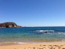 Azul pacífico del claro del océano de la bahía Fotografía de archivo