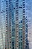 Azul, pared de cristal limpia del rascacielos moderno Imagen de archivo libre de regalías