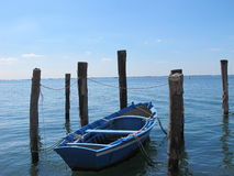 Azul pequeno do barco de enfileiramento Foto de Stock Royalty Free
