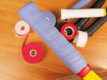 Azul recientemente envuelto sobre apretón en una estafa de tenis fotos de archivo