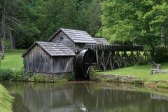 Azul Ridge Parkway del molino de la rueda de agua del molino de Mabry foto de archivo