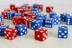 Azul rojo al azar del juego del juego de los dados Fotografía de archivo