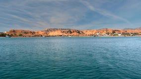 Azul tropical del paisaje, mar de la turquesa, contra la costa amarilla de las montañas del desierto Palmeras, playa y hoteles pa almacen de video