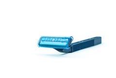 Azul usando aislante de la maquinilla de afeitar en el fondo blanco imagenes de archivo