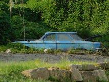Azul velho carro abandonado fotos de stock