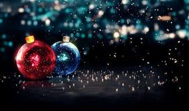 Azul vermelho do fundo 3D bonito de Bokeh da noite de Natal das quinquilharias Fotografia de Stock