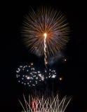 Azul, violeta con los fuegos artificiales coloridos rojos en fondo negro, fuegos artificiales artísticos en festival de los fuego Foto de archivo