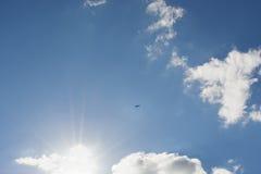 Azul y avión de cielo Fotos de archivo libres de regalías