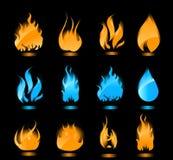 Azul y llamas que brillan intensamente anaranjadas en fondo negro Fotos de archivo libres de regalías