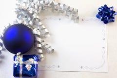 Azul y plata de la tarjeta de Navidad Fotos de archivo libres de regalías