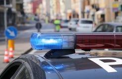 Azul y sirenas que destellan rojas del coche policía Imagenes de archivo