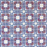 Azulejo con i quadrati rossi ed i petali blu Immagini Stock Libere da Diritti