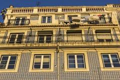 Azulejo på byggnad i Lissabon i Portugal Arkivbilder