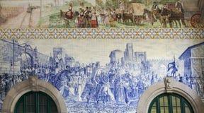 Azulejo panel i Sao Bento Railway Station i Porto, Portugal arkivbilder
