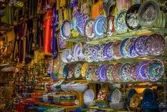 Azulejo pintado no bazar foto de stock