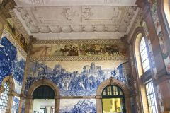 Azulejo portugais traditionnel de carreaux de céramique Gare ferroviaire à Porto, Portugal Photo libre de droits