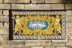 Azulejo som anmäler Fabrica Verklig de Tabacos, Sevilla Arkivfoton