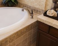 Azulejo y grifo del cuarto de baño Foto de archivo libre de regalías