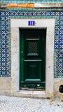Azulejos和绿色门在里斯本 免版税图库摄影