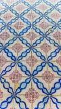 Azulejos浅兰的抽象形状和红色花 免版税库存照片