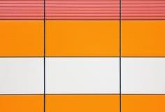 Azulejos anaranjados y amarillentos para el exterior del revestimiento imagenes de archivo