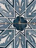 Azulejos azules, tejas viejas en la ciudad vieja de Lisboa, Portugal Imagenes de archivo