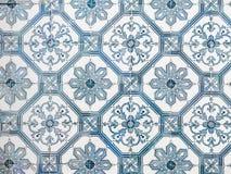 Azulejos azules, tejas viejas en Lisboa, Portugal Imagen de archivo libre de regalías