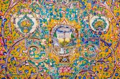 Azulejos com testes padrões persas tradicionais nas paredes bonitas do palácio real velho Imagem de Stock