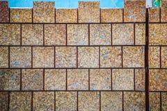 Azulejos de Brown modelados no textu sujo da parede de pedra do laterite Fotografia de Stock