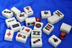 Azulejos de Mahjong en fondo azul fotografía de archivo libre de regalías