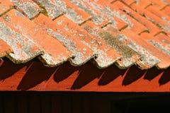 Azulejos de material para techos rojos Imágenes de archivo libres de regalías