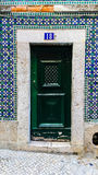 Azulejos och grön dörr i Lissabon Royaltyfri Fotografi