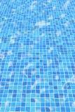 Azulejos ondulados de la piscina imagen de archivo libre de regalías