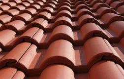 Azulejos ondulados en un tejado Fotos de archivo libres de regalías