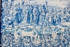 Azulejos pintados de las tejas en la pared de la iglesia en Oporto Foto de archivo