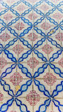 Azulejos tänder - blå abstrakt form och den röda blomman Royaltyfri Foto