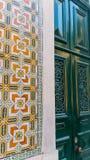 Azulejos tegelplattor och grön dörr Royaltyfria Bilder