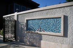 Azulejos turcos decorativos en una pared blanca imágenes de archivo libres de regalías