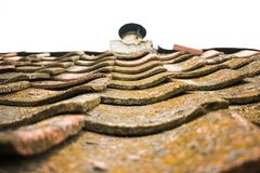 Azulejos viejos de la arcilla El tejado de la casa vieja de la casa del ` de los padres imagen de archivo
